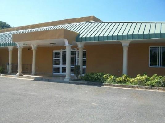 Entrada lateral, área de estacionamiento